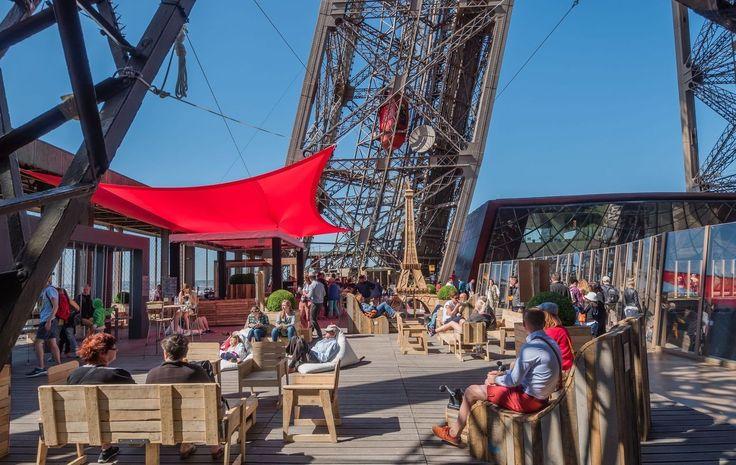 Passer l'été à Paris peut parfois être désagréable pour certains qui estiment que leur ville tourne au ralenti mais il ne faut pas oublier que c'est également à cette saison que fleurit le plus grand nombre de bars/terrasses éphémères (souvent situés dans les plus beaux endroits de Paris). #sortir #été #terrasse #soleil #bar #bars #Paris #réservation #Lesbarrés