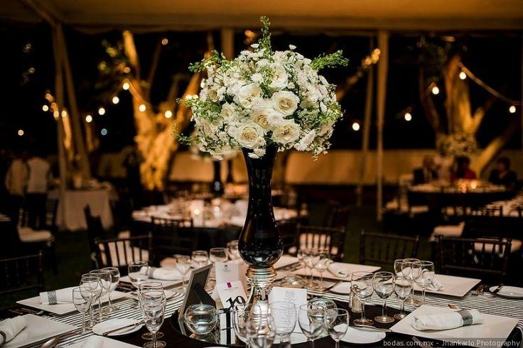 Centro de mesa alto con rosas blancas  Bodas.com.mx   #wedding #bodas #centerpiece #decoracion
