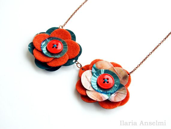 Collana corta arancio zucca e blu ottanio fiori riciclo