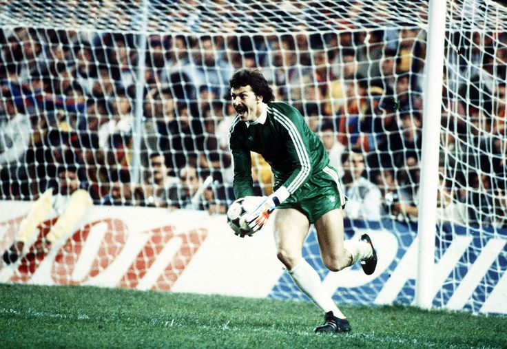 1 Portarul echipei Steaua Bucureşti, Helmuth Duckadam reacţionează la finalul meciului contra echipei FC Barcelona, în urma căruia Steaua a câştigat Cupa Campionilor Europeni, în Sevilla, miercuri, 7 mai 1986. ( Bob Thomas / Getty Images ) - See more at: http://zoom.mediafax.ro/sport/steaua-bucuresti-in-cupele-europene-10644722#sthash.bMdNdcqp.dpuf