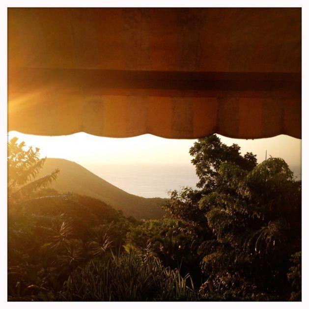 Mon rêve pour cet hiver? Partir à Tendacayou. Me réveillersur un lit suspendu au-dessus de la mer des Caraïbes, siester sur un hamac bercé par le bruit des oiseaux sucriers, me faire masser à l'ombre des manguiers,regarder le soleil se coucher du haut de mon jacuzzi dans les arbres et déguster des langoustes grillées autour d'une table d'hôte. C'est possible en Guadeloupe, à Tendacayou. Perché sur les hauteurs du village de pêcheurs de Deshaies, chaque bungalow de cet éco-lodge possède un…