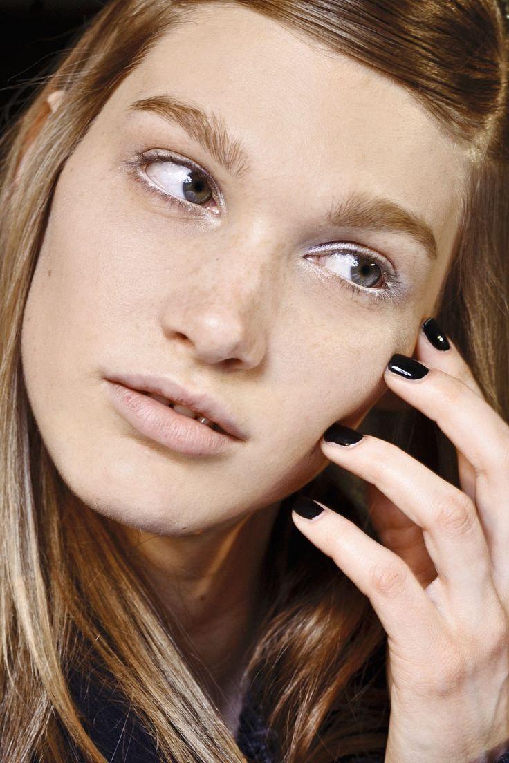 Todas las claves de las manicuras de este otoño: uñas negra con forma cuadrada y corta