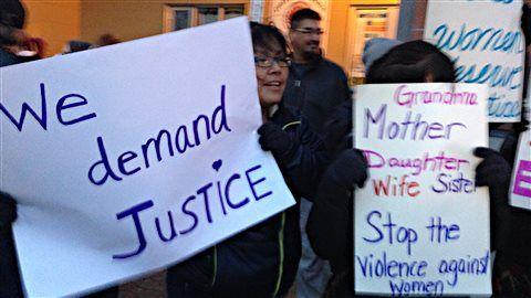 Plus de 200 personnes ont marché hier soir dans les rues de Val-d'Or en solidarité aux femmes autochtones. Le groupe de femmes à l'origine de cette initiative a voulu saluer le courage des femmes de Val-d'Or qui ont témoigné contre des policiers de la Sûreté du Québec.