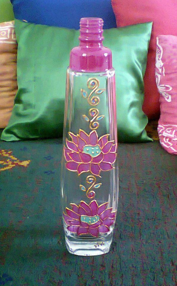 Botella reciclada pintada a mano.