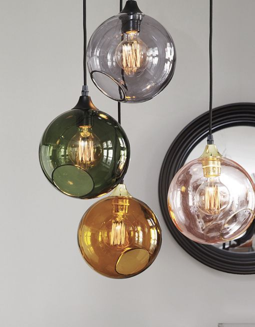BallRoom er ny designlampe fra Design by Us. BallRoom pendelen er mundblæst og håndmalet i fire smukke farver. Fantastisk loftlampe med eksklusive detaljer.