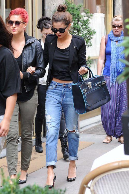 Selena lookin' cool & casual