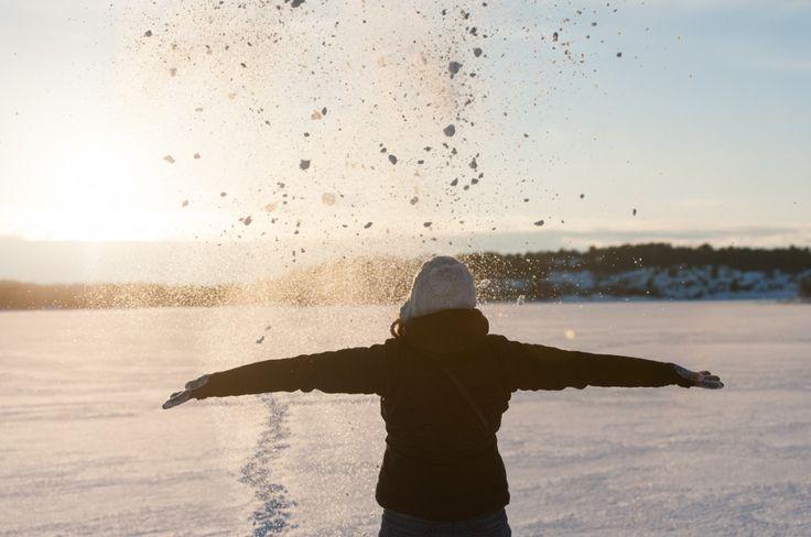 Séjour hivernal dans les îles Åland en Finlande (Detour Local) -> Alizé qui pose devant le soleil qui se couche en Finlande www.detourlocal.com/sejour-hivernal-iles-aland-finlande/