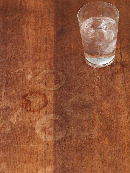 Jeder kennt sie: Die bösen Wasserflecken auf dem Holztisch, die einfach nicht verschwinden wollen - ganz gleich was man tut! Allerdings gibt es einen Trick, wie man sie doch weg bekommt - hier kommt er!