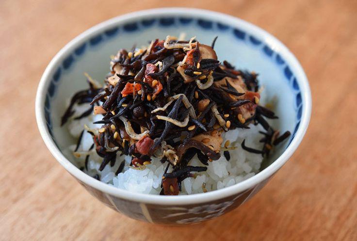いちばん丁寧な和食レシピサイト、白ごはん.comの『ひじきふりかけの作り方』を紹介しているレシピページです。家で手作りするひじきふりかけは実は煮物などよりもかなり短時間で仕上がります!梅、じゃこ、椎茸、ごまを加えて栄養も満点!ぜひお試しください。