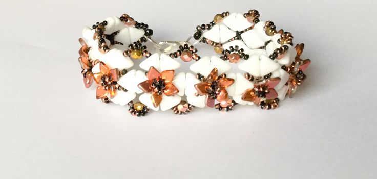 Bracelet Arthémis Blanc, noir et or avec fleurs personnalisable : Bracelet par atelier-de-delphine