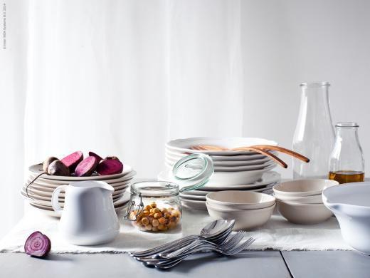 Vackra rödbetor serverade på ljusa fat: LUGN tallrik och skål i beige, ARV servis, TRIVSAM såskanna, ENSIDIG vaser, KORKEN burk med lock, TRIVSAM serveringsskål, som duk och gardin AINA metervara.
