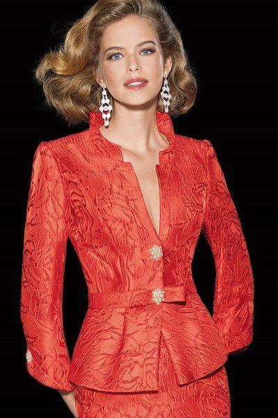 Colección de Teresa Ripoll 2014  Vestido de madrina realizado en chantilly con la base de organza de seda en...