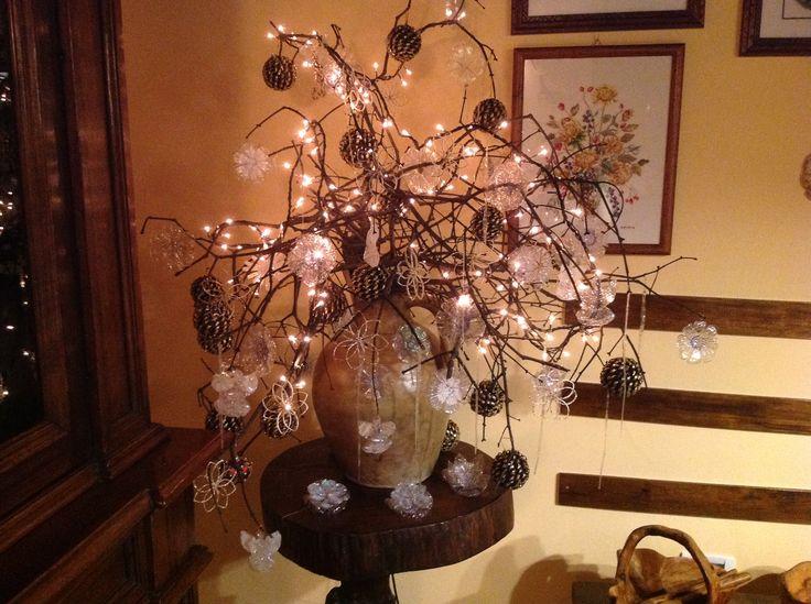 Decorazioni natalizie. Una pioggia di bellezza e luminosità. Creazioni con plastica riciclata.