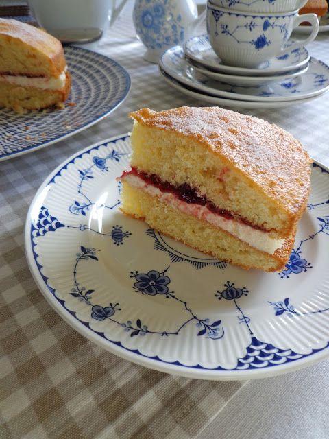 Victoria sponge, piškotový dort pojmenovaný po královně Viktorii, mám pro svou jednoduchost a nadýchanost moc ráda.      Dlouho jsem h...