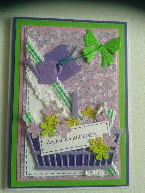 Kaart met mand vol bloemen en tekstlabel...zeg het met bloemen...vlinder en bloemengieter.
