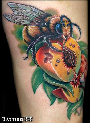 Fotos de Tatuagens: Abelha no Pessego: Ink Art, Bees Tattoo, Peaches Tattoo, Heart Tattoo, Weights Loss Tips, Tattoo Design, Bumble Bees, Tattoodesign, Honey Bees