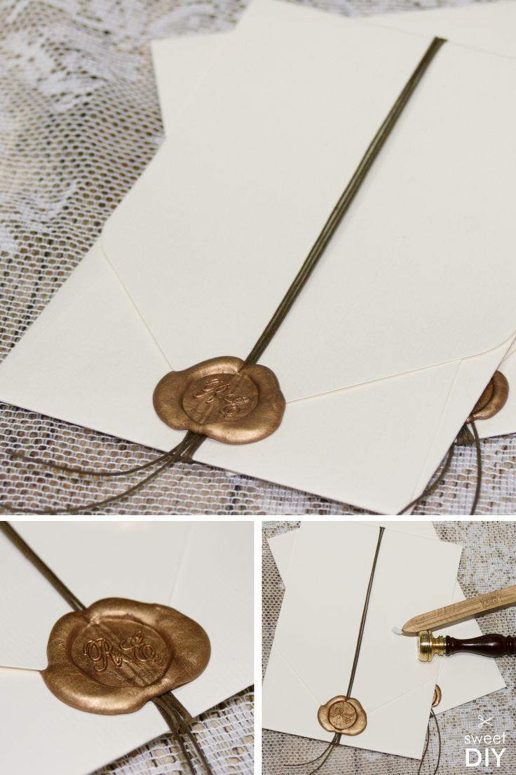 Diese DIY-Idee zeigt euch eine einfache und schöne Art unsere Karten mit Einstecktasche zu verschließen. In die Karten könnt ihr beliebig viele Einleger stecken. Wir haben eine Baumwollkordel um die Karten gewickelt und diese zum Schluss mit goldenem Siegelwachs versiegelt. || Hochzeitskarten basteln - Einladungskarten mit Einstecktasche - DIY - Siegel mit Initialen - Siegelwachs - Gold ||