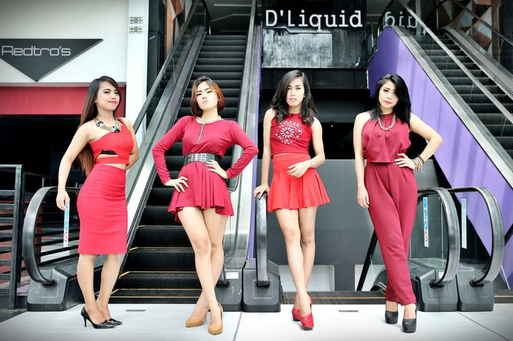 TALENT - Talent berpose di depan Redro's D'Liquid Hotel Grand Clarion Makassar, Sulawesi Selatan, Jumat (4/12). Mereka akan meyajikan performa terbaik hingga akhir tahun. TRIBUN TIMUR/MUHAMMAD ABDIWAN