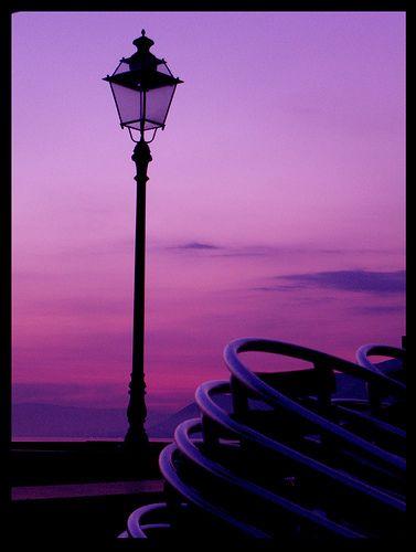 lamp postColors Purple, Purple Silence, Favorite Colors, Lamps Post, Colors Purpura, Purple Passion, Purple Sunset, Street Lights, Purple Sky
