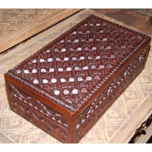 Kotak perhiasan kayu motif ukiran bunga  Panjang: 20cm  Lebar: 10cm  Tebal: 6cm  Bahan: Kayu Sono  Kotak Kayu Tempat Perhiasan, sangat cocok untuk anda pengoleksi perhiasan. Disini anda bisa menyimpan perhiasan anda, Ukiran Batik membuat Kotak Kayu ini sangat Unik dan Menarik, Tersedia dari ukuran Kecil untuk tempat Cincin, dan ukuran Besar tempat berbagai macam perhiasan.