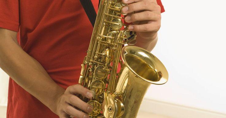 Como remover a corrosão de saxofones. Remover a corrosão de um saxofone é um processo simples, caso você consiga identificar qual o tipo da corrosão. Ela pode vir em diversas formas, como ferrugem, degradação do metal ou oxidação. A identificação é a chave para a remoção correta.