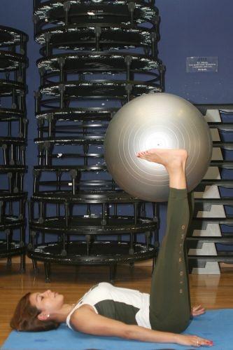 Faça pilates com bola em casa - Abdome - Fotos - UOL Dieta e Boa Forma