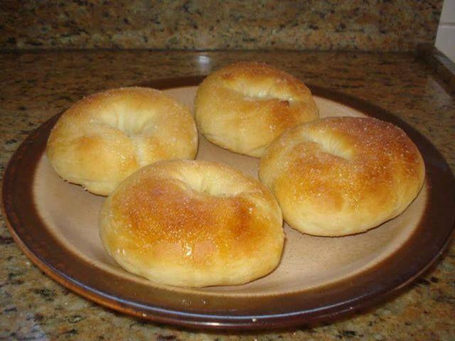Ingredientes: Massa: 1 xícara (chá) de leite morno; 3/4 de xícara (chá) de óleo; 3 ovos; 1 envelope de fermento biológico seco (10g); 7 xícaras (chá) de farinha de trigo; 5