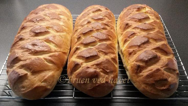 Knallgode loff : 150 g margarin eller smør, 6 dl melk, 3 dl vann, 50 g gjær, 2 egg, 3 ss sukker. ca. 18-20 dl hvetemel.  Lag gjærdeig. Heves. Deles i 4 emner, som hver deles i 3, flettes. Eller bak ut 4 brød, og klipp et fint mønster med skarp saks. Heves. Pensle med egg, strø over sesam eller valmuefrø. Stekes 2 og 2, 250° C i 10-12 min. på 2.rille