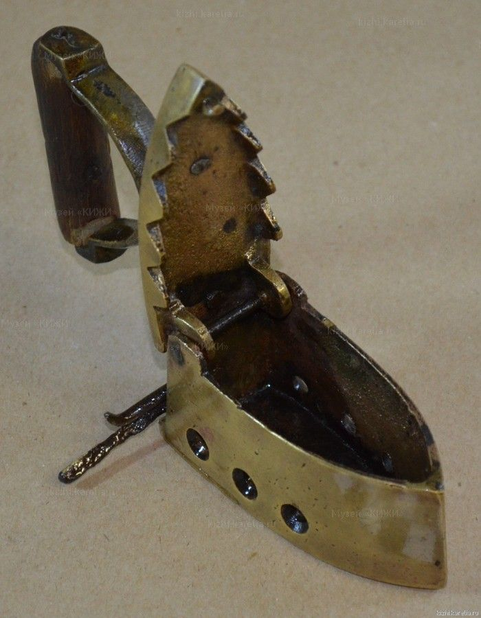 Утюжок угольный — Угольные утюги |      Музейные коллекции |     Музей-заповедник «Кижи»