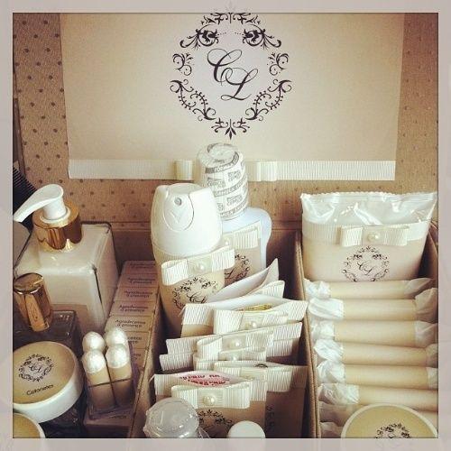 Kit toalete feminino com absorventes, desodorante, enxaguante bucal e outros itens