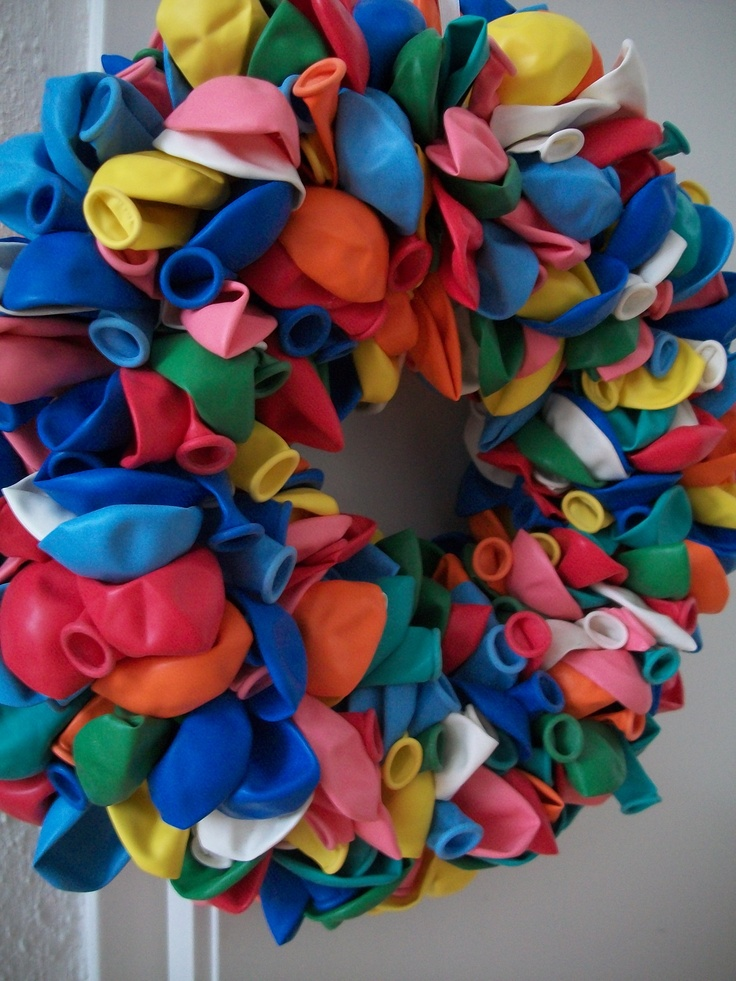 ballonnenkrans,  250  ballonnen op een oasekrans met lijm en naaldenknoppen.   Gemaakt voor de 25e verjaardag van mijn man ;)