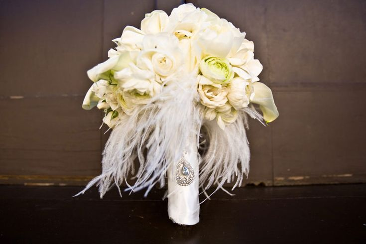 Love the #feathers on this #wedding bouquetWhite Flower, Bridal Bouquets, Wedding Bouquets, Vintage Bouquets, Events Planners, Wedding Blog, Wedding Events, Wedding Flower, Broach Bouquets