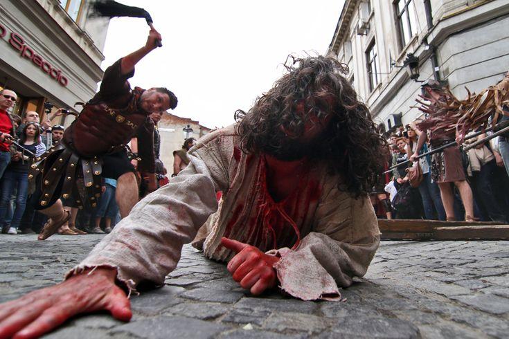 """Dan Leş interpretează rolul lui Iisus în timpul unei reprezentări dramatice a procesiunii """"Drumul Crucii"""", desfăşurată pe strada Lipscani din Bucureşti, în Vinerea Mare, 13 aprilie 2012. (  Andreea Alexandru / Mediafax Foto  ) - See more at: http://zoom.mediafax.ro/people/pastele-ortodox-2013-10824778#sthash.AHJ6wGum.dpuf"""