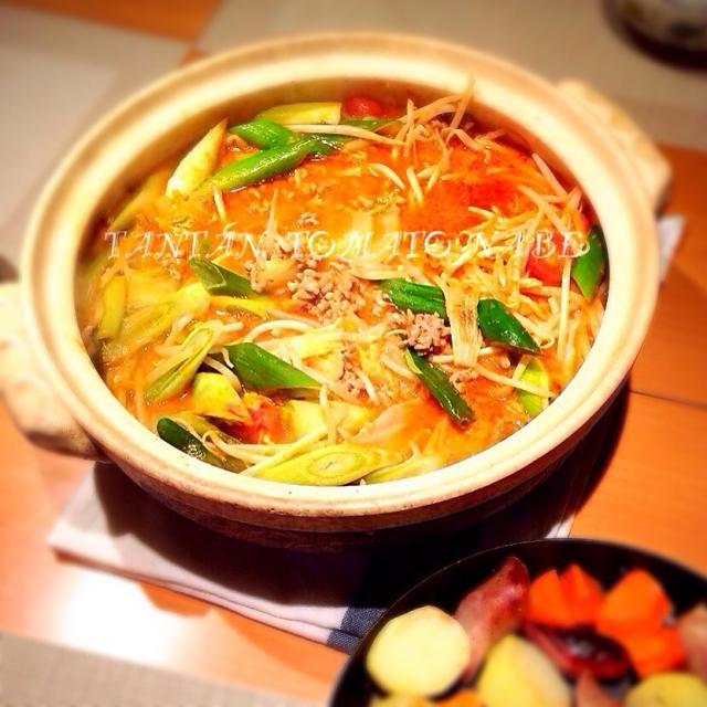 家族そろって夕食も また一週間はないかな?ということで 日曜日の夜はお鍋。 坦々トマト鍋  市販の鍋の素を使いました。 最後はラーメン投入で(^_^) - 82件のもぐもぐ - 坦々トマト鍋 by sakuramidori