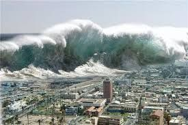SEGUROS PRIZA te dice ¿qué es un maremoto? Un maremoto o tsunami es causado por una perturbación submarina, normalmente un terremoto con epicentro bajo el mar. Un aluvión , una erupción volcánica y también un meteorito pueden causar un maremoto.  Los maremotos se pueden originar miles de kilómetros mar adentro; la altura de la ola que se genera puede llegar a 30 metros y la velocidad, a 720 kilómetros por hora.