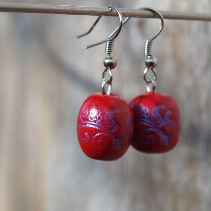 Červenomodré Ručně tvarovaný fimo korálek o průměru 1cm a délce 1,5cm. Barevně ladí s náhrdelníkem. - polymer by teruberu