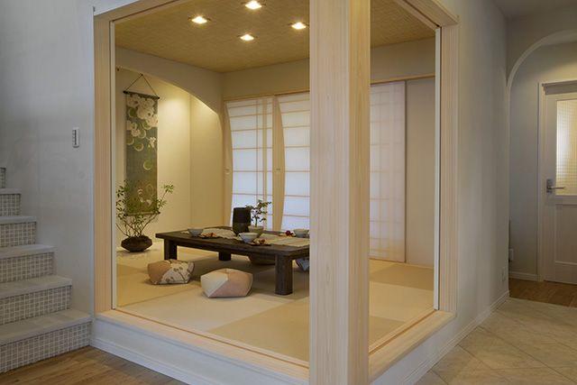 リビングにつながる小上がりの和室。ベッドヘッドのモールディングやアイアンの間仕切り壁でロマンチックな空間になりました。|インテリア|和室|自然素材|
