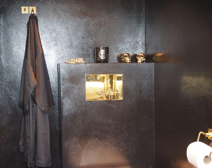 Sort mikrosement rustic på bad. Black intens CimentArt micro cement bathroom.