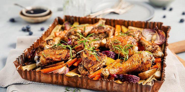 Lær hvor enkelt det er å dele en hel kylling i mindre stykker! Bruk kyllingen til denne ovnsbakte kylling med nydelig blåbærsaus og rotgrønnsaker.