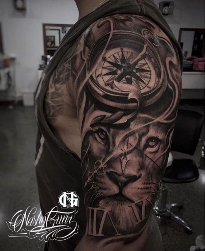 tête de lion avec boussole, bras d'hommes tatoués, tatouage 3d en noir et gris   – Tattoos