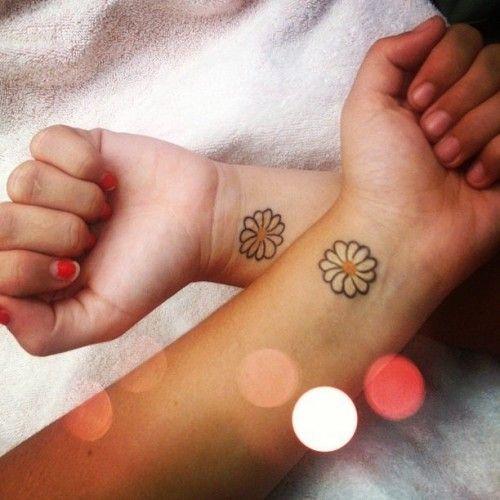 tatuaggio tra amiche con margherita