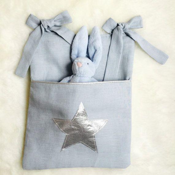Range-doudou Lin bleu et argent par avriletjim sur Etsy Range-doudou / Range-pyjama / Poche de lit / Cot organizer, Cot pocket, Cot tidy, Nappy storage, Nursery tidy