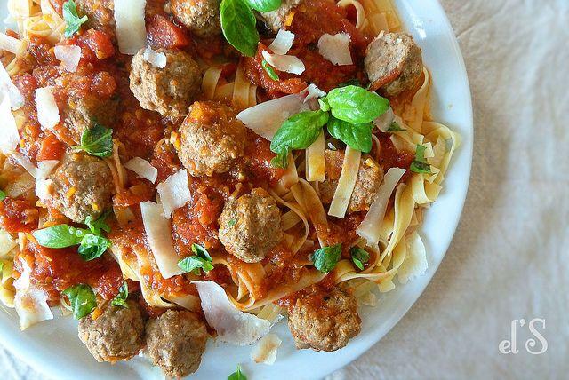 Ragoût de boulettes de bœuf, tomates et basilic - aime & mange