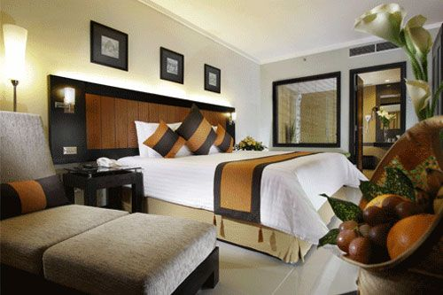 Jogjakarta Plaza Hotelholds sort of misnomer in its brought up middle name. What meets the eye is no less than minimalistic property of protruding Javanese residence on Gejayan Street, inside Yogyakarta's Colombo Complex.