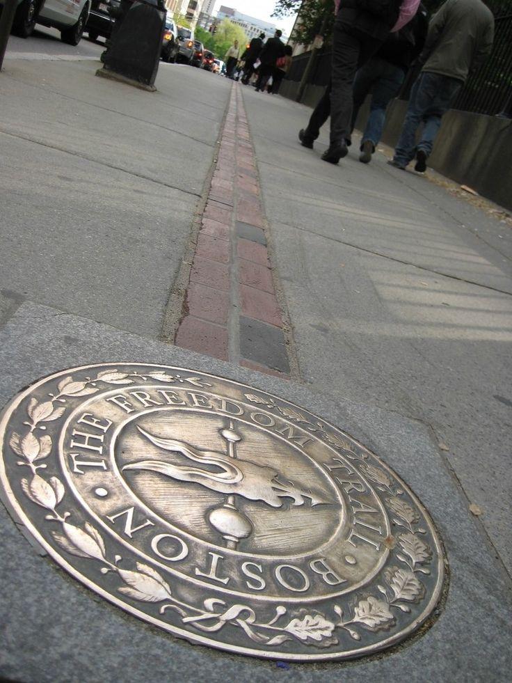 Американский дневник.  Бостон.   Тропа Свободы   -  памятный  знак. Тропу  Свободы  сделали  в  1951  году.  Она  соединяет  16  памятных  мест  Бостона.
