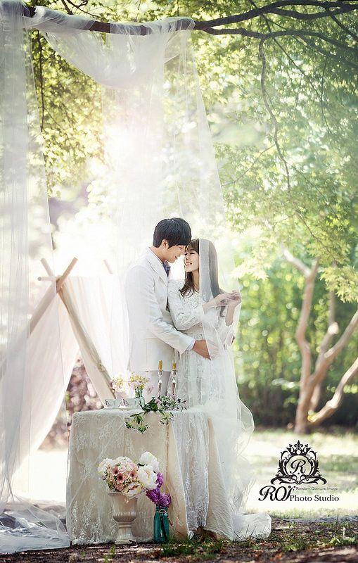 outdoor photoshoot in Dosan park, near Roi studio. Pre wedding photo by Roi studio