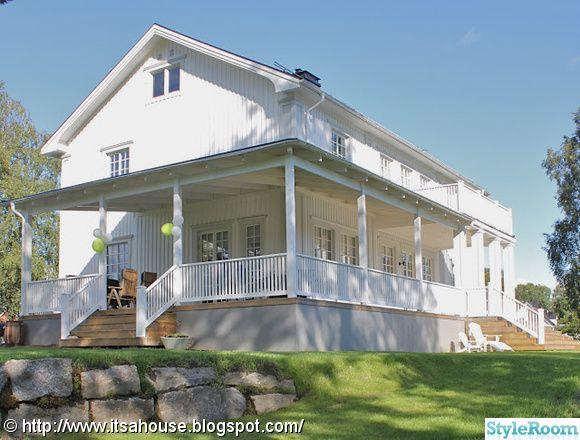 Vitt hus i new england stil med veranda/altan