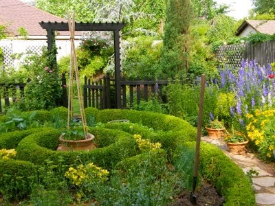 Beautiful Colonial Garden For A Small Space