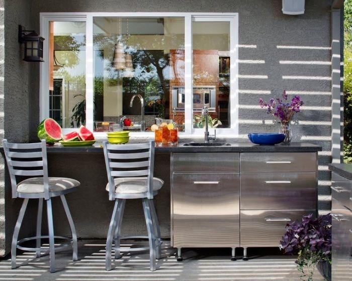 Летняя кухня открытого типа, которую по достоинству оценят гости и соседи.