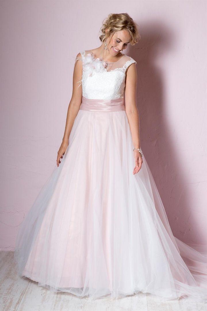 be the light, 26051, collectie 2016. Ook dit seizoen nog in de mode pastelkleuren die in trouwjurken zijn verwerkt. Deze jurk in prinsessenstijl heeft niet veel nodig om op te vallen. De licht roze onderlaag in de rok met daaroverheen tule geeft een mooi effect. Mooie accenten zijn de toef bij de schouder en het gekleurde lint in de taille. #prinses #gekleurd #tule #koonings